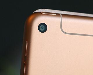 8 MEGAPIKSLER: Kameraet bak er 8 megapiksler. Frontkameraet er på 7. De gjør en helt grei jobb hvis lyset er bra nok, men mobilen din er antagelig bedre. Foto: Kirsti Østvang
