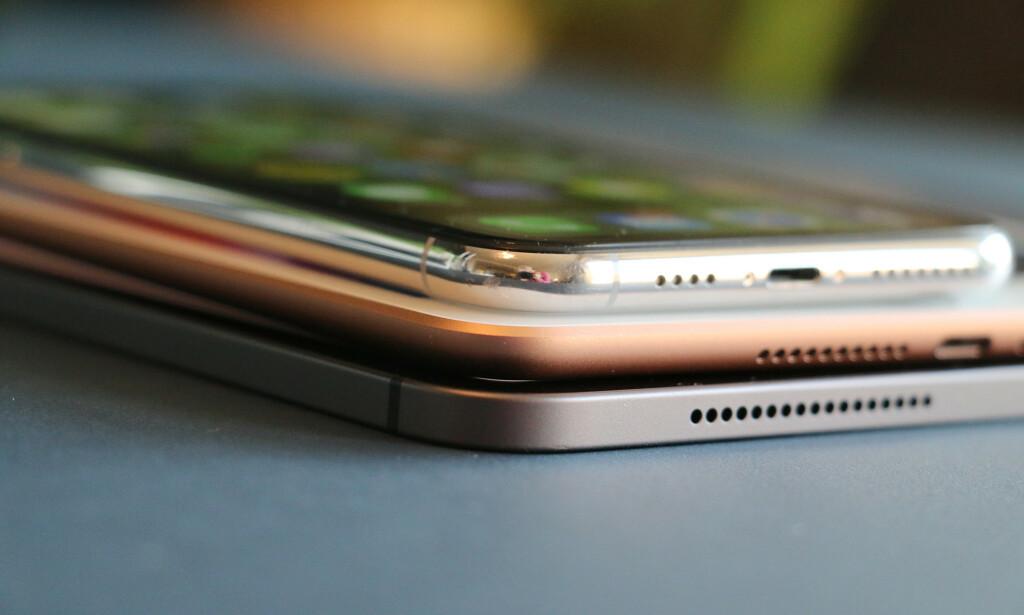 FORSKJELLIGE UTTRYKK: iPad mini i midten har Apples gamle design, mens iPad Pro nederst representerer det nye. iPhone Xs Max øverst er noe helt annet igjen. Alle er imidlertid gjenkjennelige Apple-produkter. Foto: Kirsti Østvang