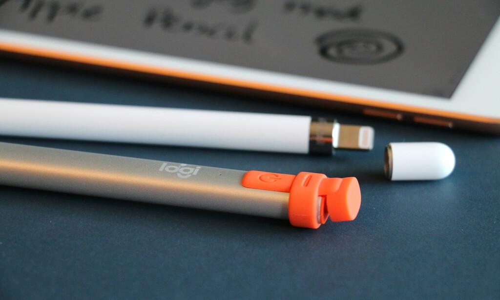 FORSKJELLIG LADING: Apple Pencil må plugges i Lightning-kontakten, mens du plugger en Lightning-kontakt i Logitech Crayon.