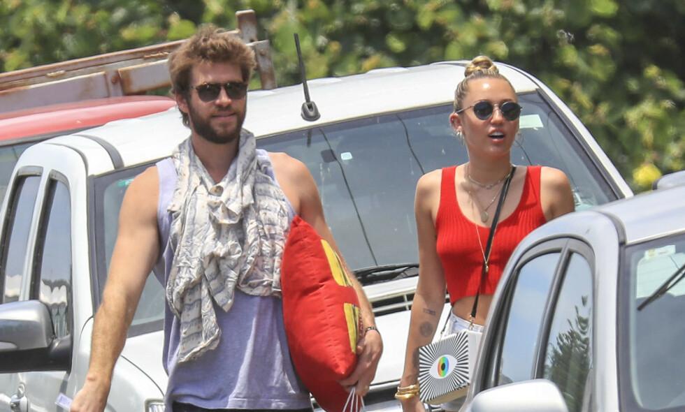 I HARDT VÆR: Miley Cyrus får hard kritikk for sine nyeste bilder på Instagram. Her sammen med ektemannen Liam Hemsworth fra en annen anledning. Foto: NTB Scanpix