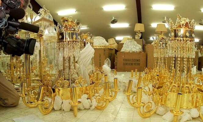 LYSEKRONER: Disse gigantiske lysekronene er blant eiendelene til kongefamilien i Brunei som ble auksjonert bort. Foto: NTB Scanpix