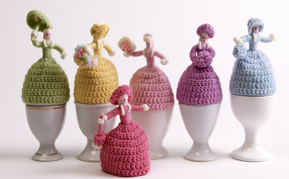 VARMENDE: Heklede eggevarmere i forskjellige farger på hvite eggeglass (cirka kr 300 for 6 eggevarmere og cirka kr 20 pr. eggeglass). Foto: Jan Larsen
