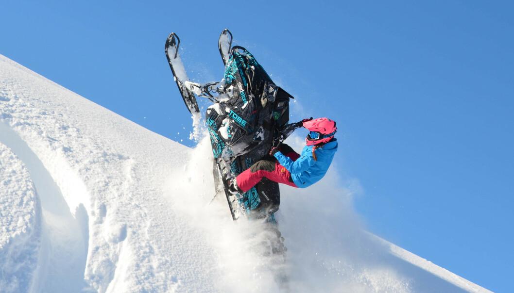 SPENNING: Å kjøre snøscooter gir Marlene energi, og spenning som hun selv styrer. FOTO: Privat