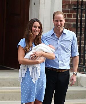 <strong>FØRSTE GANG:</strong> Da prins George kom til verden i 2013 viste Kate og William han stolt frem på trappen. Foto: NTB Scnapix