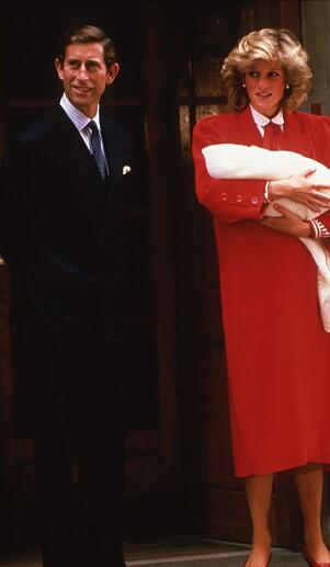 <strong>VISTE FREM SØNNEN:</strong> Prins Charles og prinsesse Diana med prins Harry i 1984. Foto: NTB Scanpix