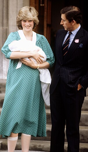 <strong>HISTORISK:</strong> Da prins William kom til verden for 36 år siden viste Diana og Charles stolt frem sitt første barn. Foto: NTB Scanpix