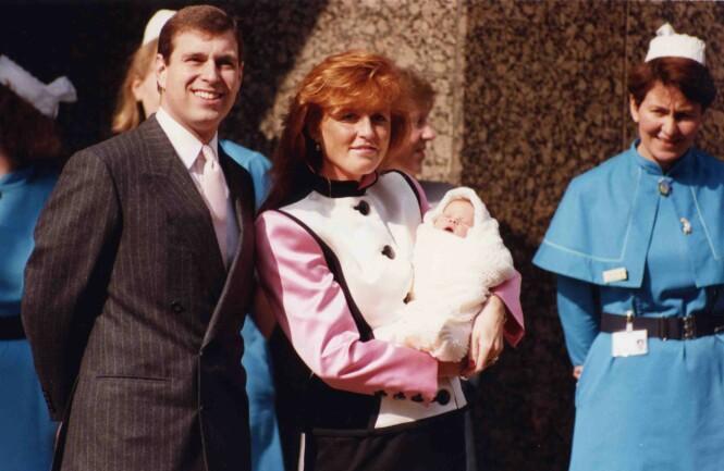 <strong>GJORDE SOM DIANA OG CHARLES:</strong> Da prinsesse Eugenie kom til verden i 1990 viste prins Andrew og Sarah Ferguson henne stolt frem. Foto: NTB Scanpix