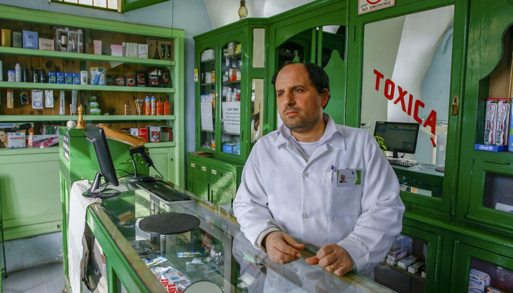 35 år gamle Yousef Geday driver det snart 100 år gamle El-Kamal-apoteket i Jaffa i Israel. Palestineren, som er tredje generasjon apoteker, kommer ikke til å stemme på valgdagen. Foto: Nils-Inge Kruhaug / NTB scanpix