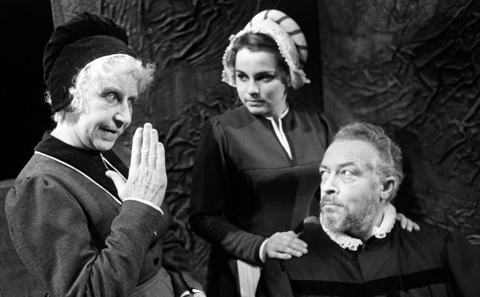 TEATERSTYKKER: Anne Pedersdotter har blitt ekstra kjent gjennom teaterstykker, her i regi av Riksteateret. Hovedpersonen ser du i midten av bildet. Foto: NTB / Scanpix.