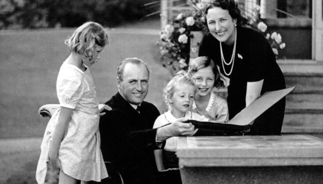 FAMILIEN SOM BLE SPLITTET: Dette bildet er tatt året før krigen kom til Norge. I april-dagene måtte kongefamilien flykte fra hovedstaden på grunn av den tyske invasjonen. De ble gjenforent på norsk jord fem år senere. Her er kronprins Olav og kronprinsesse Märtha med barna prinsesse Ragnhild, prinsesse Astrid og prins Harald på Skaugum. FOTO: NTB Scanpix