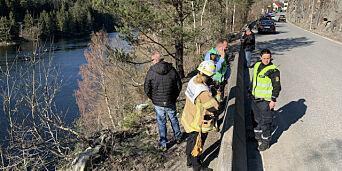 image: Bil falt 30 meter ned i vannet - kvinne plukket opp av båt
