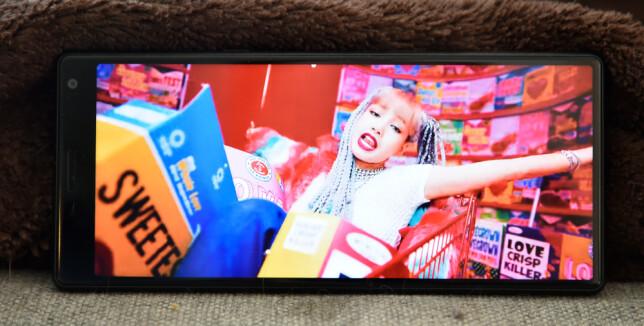 BREDT FORMAT: Mange filmer og musikkvideoer er skutt i 21:9-format, som da fyller hele skjermen på Xperia 10. Den relativt tykke kanten på toppen (til venstre i bildet) får du imidlertid ikke gjort noe med. Foto: Pål Joakim Pollen