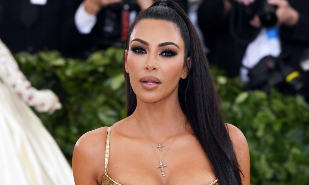 RASER MOT HODESMYKKE: Realitystjernen Kim Kardashian havner titt og ofte i hardt vær. Nå får hun krass kritikk etter at hun delte et bilde av seg selv iført et tradisjonelt indisk hodesmykke, og flere beskylder 38-åringen for kulturell appropriasjon. Foto: NTB scanpix