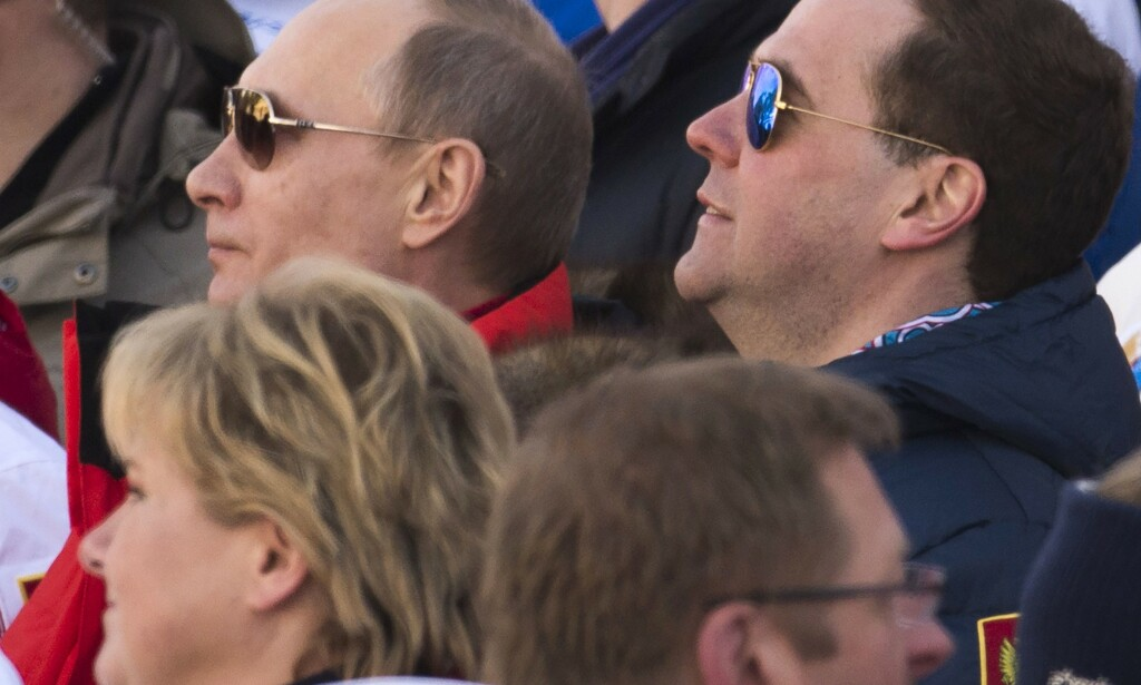 VARMT OG KALDT: Statsminister Erna Solberg under OL i Sotsji i 2014, sammen med Russlands president Vladimir Putin og statsminister Dmitrij Medvedev. Det var ennå varmt politisk, selv om det var vinter. Foto: AFP / NTB Scanpix / Odd Andersen