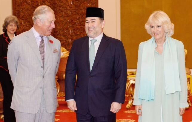ABDISERTE: Sultan Muhammed V abdiserte i januar. Her poserer han med hertugparet av Cornwall for noen år siden. Nå skal hans bror, kronprinsen av Kelantan, gifte seg. Foto: NTB scanpix