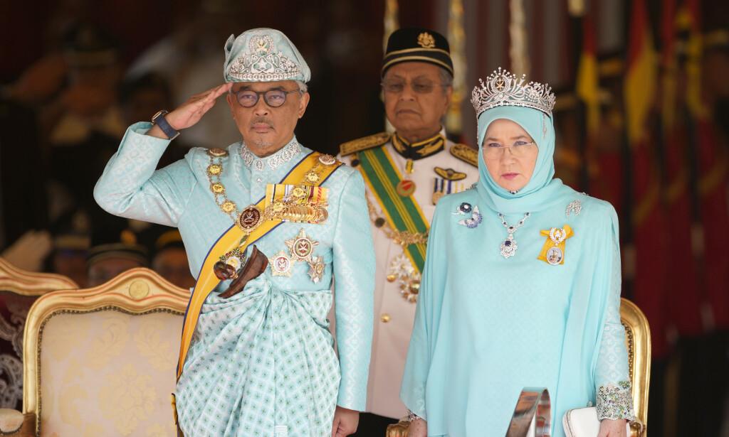 NY KONGE: I slutten av januar ble det Al-Sultan Abdullah valgt til ny konge i Malaysia. Her poserer han med dronning Tunku Azizah Aminah Maimunah. Foto: NTB scanpix