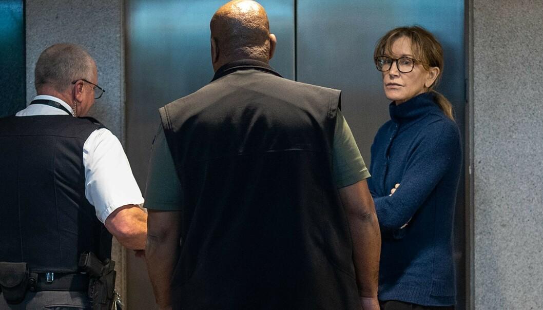 LØSLATT: Felicity Huffman ble løslatt etter å ha betalt en kausjon på omtrent to millioner kroner. Nå sier hun seg skyldig i siktelsen. Foto: NTB Scanpix