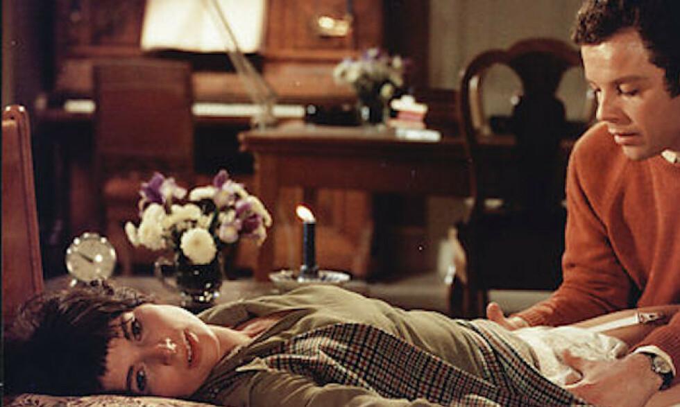 SJARMERTE MYKLE: Ghita Nørby i rollen som Embla og Ole Søltoft som Ask Burlefot i filmen «Den røde rubin» (1970). Både den og filmversjonen av Jens Bjørneboes «Uten en tråd» er nylig sendt ut på DVD. Foto: Jan Weincke