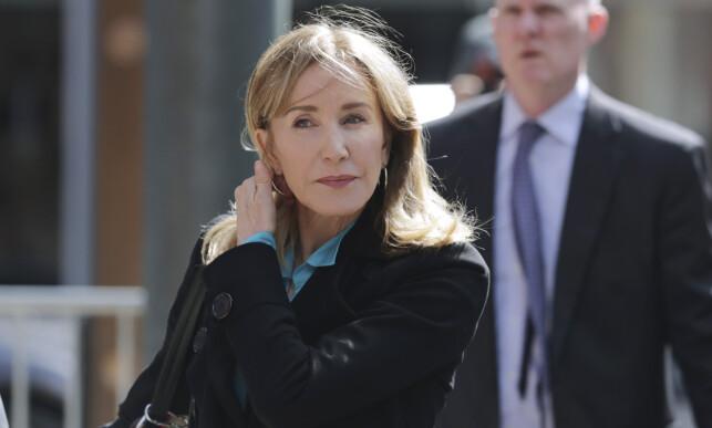 SA SEG SKYLDIG: Felicity Huffman møtte i retten i Boston forrige uke. Mandag sa hun seg skyldig i universitetsskandalen. Foto: NTB Scanpix