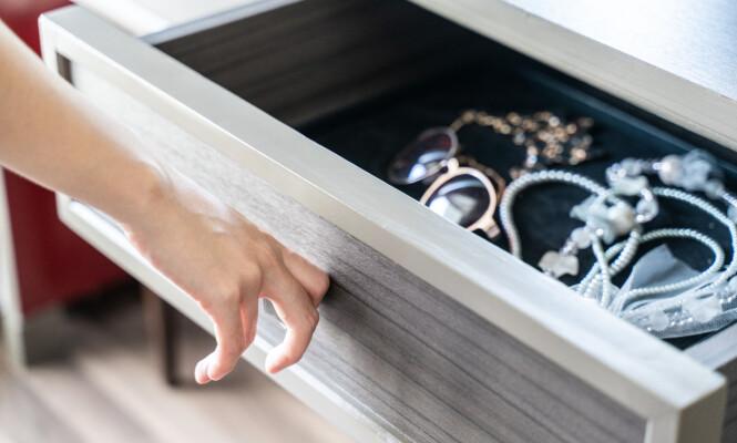 GJEM GULL OG SØLV: Smykker er attraktivt tyvegods, så gjem det godt, og gjerne legg et lag med syntetisk DNA på det. Foto: MBLifestyle / Shutterstock / NTB scanpix.