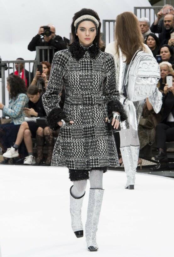 PÅ CATWALKEN: Kendall Jenner har gått for Chanel en rekke ganger. Her under moteuken i Paris i mars 2017. Foto: REX / NTB scanpix