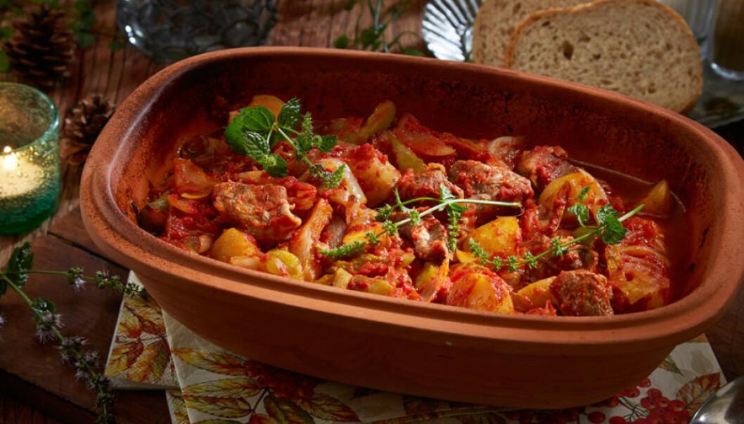 LAM MIDDAG: Ved å lå formen stå lenge i ovnen, blir smakene utviklet og kjøttet blir supermørt og saftig. Her er det få ingredienser, og ønsker du å tilsette noe annet, så er det fullt mulig. Rotgrønnsaker er gode i gryten, enten i stedet for potet eller sammen med. Foto: Synøve Dreyer