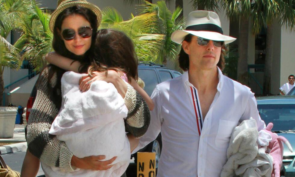 SKILSMISSE: Bakgrunnen for skilsmissen mellom stjerneparet Tom Cruise og Katie Holmes i 2012 er ennå ikke kjent, men nå hevder forfatter Tony Ortega at det angivelig var Katie Holmes som tok initiativet til skilsmissen. Her er de to sammen med datteren Suri i Miami sommeren 2011. Foto: NTB scanpix