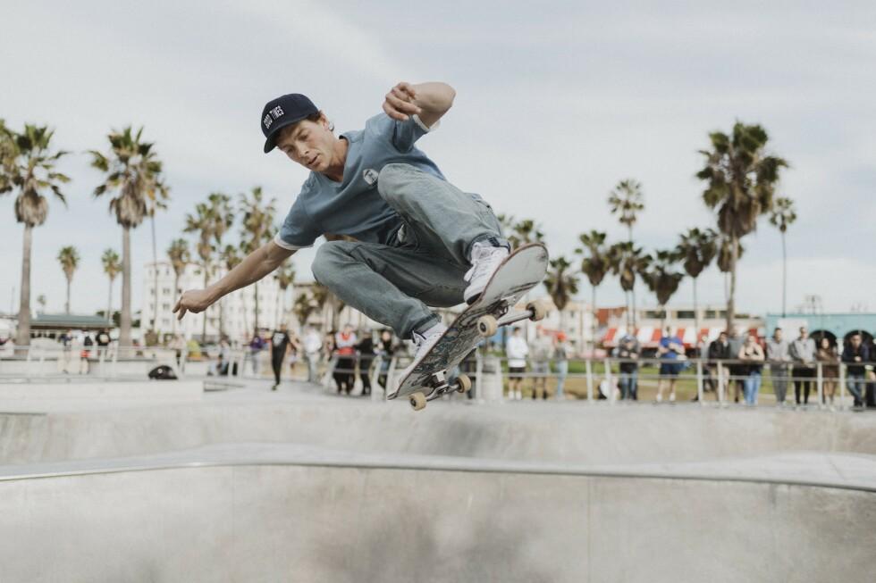 HØYTFLYGENDE: Tom Erik Ryen (34) tar trikset Ollie to Fakie for å få luft mellom seg og bowlen i Venice Skate Park, Los Angeles. Foto: Klaudia Lech