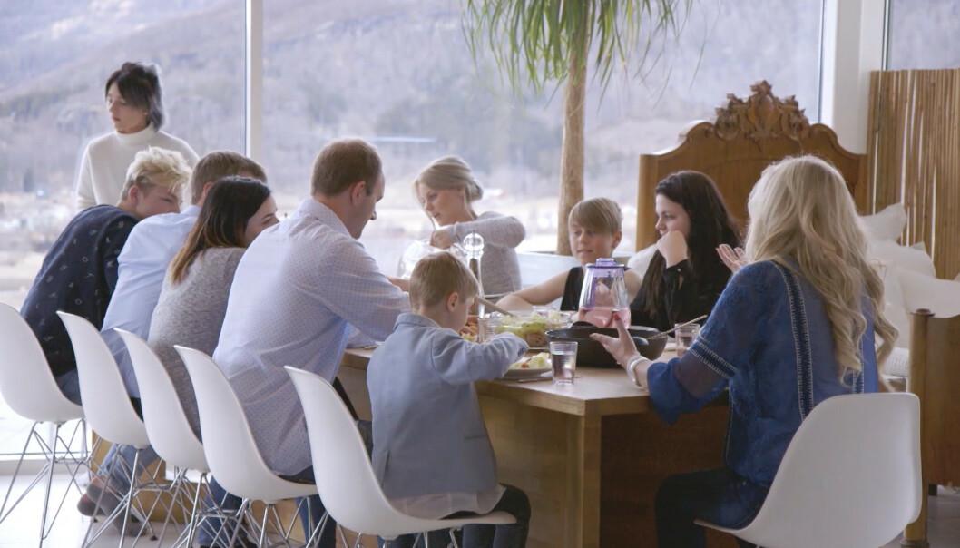 HJERTEROM: Inger Ellen har 14 barn som kaller henne mamma. Når alle møtes i Misvær blir det fullt rundt langbordet. FOTO: Privat
