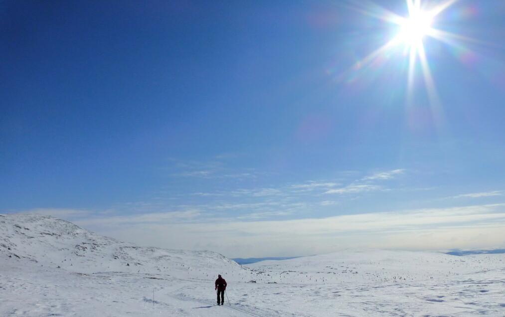 <strong>SOL:</strong> Godværet fortsetter på Østlandet. Langfredag var nok en dag med fine forhold for dem som tilbringer påsken til fjells, som her i Sødorpfjellet i Gudbrandsdalen. Foto: Paul Kleiven / NTB scanpix.
