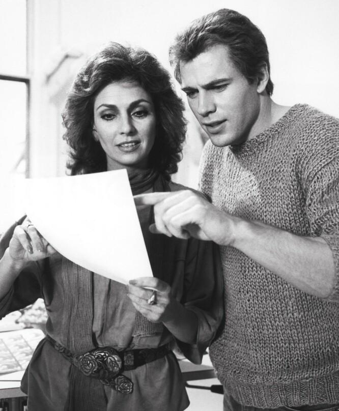 DEN SISTE JOBBEN: Jon-Erik Hexum sammen med kollega Jennifer O'Neill under innspillingen av «Cover up» i 1984. Det var under innspillingen av serien at Hexum døde. FOTO: NTB Scanpix