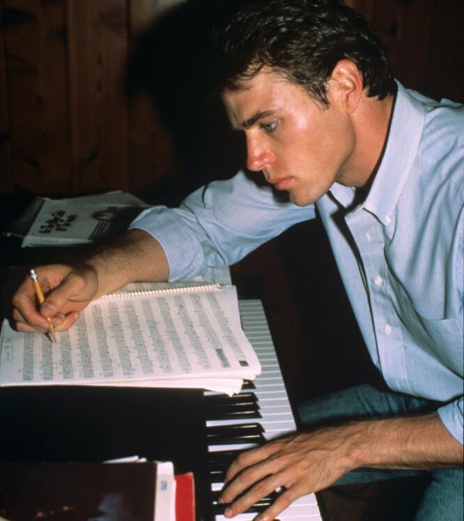 MUSIKALSK: Jon-Erik Hexum var ikke bare modell og skuespiller. Han var i tillegg musikalsk anlagt, og spilte både piano og fiolin. FOTO: NTB Scanpix