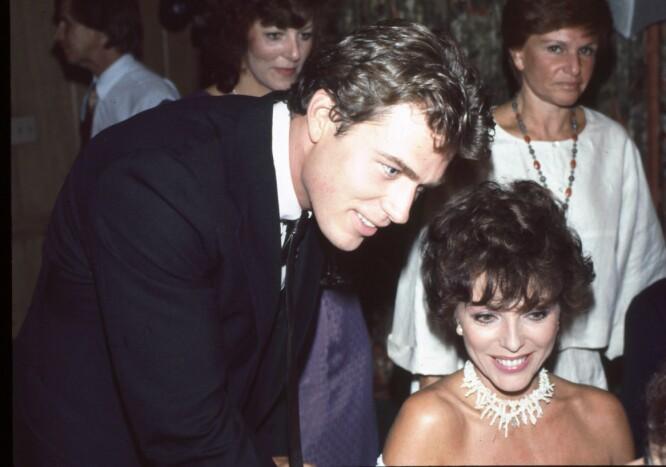 GLAMORØST LIV: Jon-Erik Hexum var stadig å se på kjendistilstelninger Her sammen med Joan Collins på Linda Evans Book Party i 1983. Linda Evans var Joan Collins reival i «Dynastiet». FOTO: NTB Scanpix
