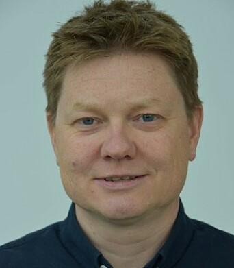 RETT SPOR: Avdelingsdirektør i Statens vegvesen, Espen Anderson, er fornøyd med redegjørelsen fra Tesla. Foto: Statens vegvesen