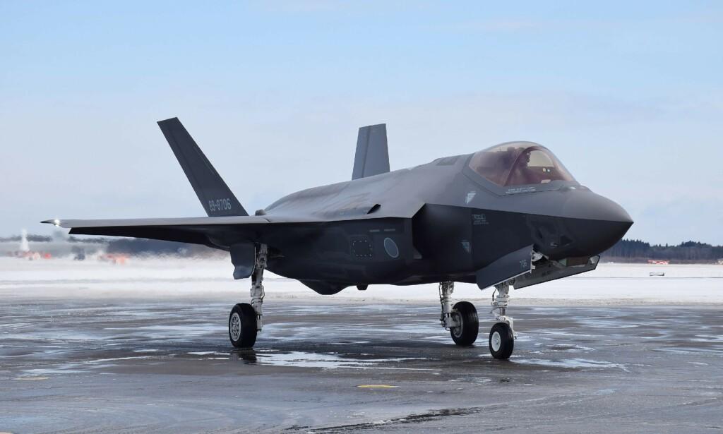 STYRTET: Et slikt japansk F-35 fly har styrtet i Stillehavet, og leteaksjoner er satt i gang for fullt. Prisen for hvert av de japanske flyene tilsvarer mer enn 800 millioner kroner, og rommer topphemmelige programvarer. Foto: JIJI PRESS/AFP/NTB Scanpix