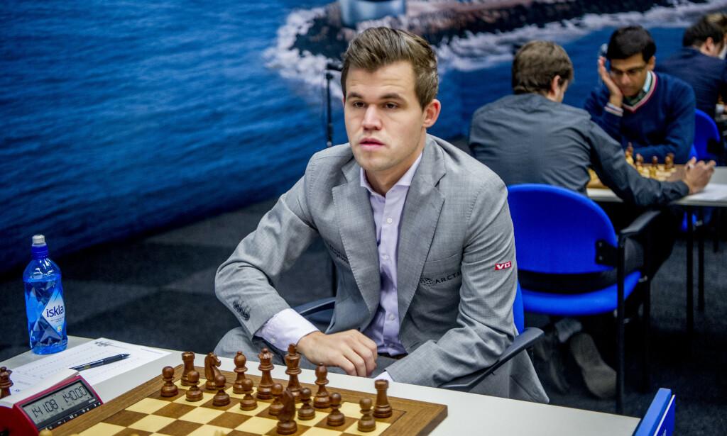 SLET MED LANGSJAKKFORMEN: Magnus Carlsen. Foto: Robin Utrecht/ABACAPRESS.COM