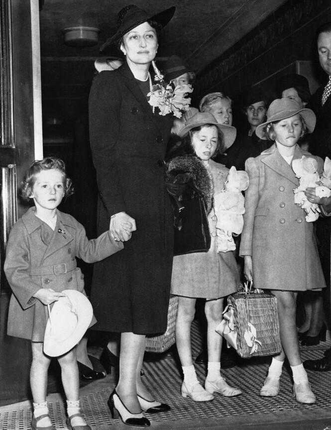 PÅ FLUKT: Kronprinsesse Märtha og barna i det de ankom USA etter flukten fra Norge i 1940. Fra venstre: prins Harald, kronprinsesse Märtha, prinsesse Ragnhild og Prinsesse Astrid. FOTO: NTB Scanpix