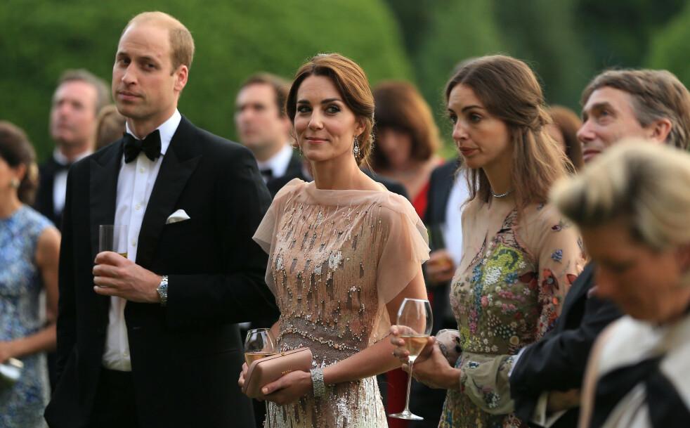 <strong>VAR GODE VENNINNER:</strong> Prins William og hertuginne Kate har hatt en nær relasjon til nabo-ekteparet Rose Hanbury (ved siden av Kate) og David Rocksavage (t.h.) - nå derimot hevder britisk tabloidpresse og nettroll på sosiale medier at pipen har fått en annen låt. Dette bildet ble tatt under en veldedighetsmiddag i England i 2016. FOTO: NTB Scanpix