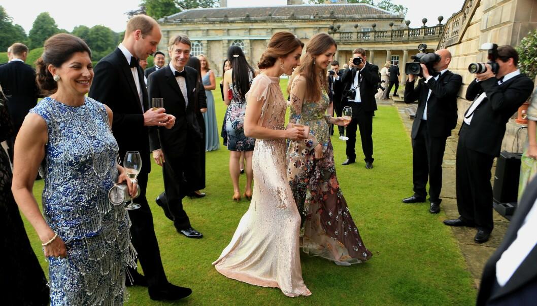 GOD STEMNING: Kate og Rose på vei inn til veldedighetsmiddagen i London i 2016. Bak dem går ektemennene prins William og David. FOTO: NTB Scanpix