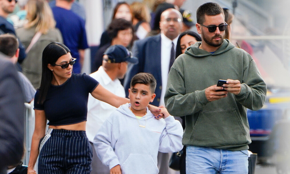 FELLES FERIE: Kourtney Kardashian (39) og ekskjæresten Scott Disick (35) var nylig på familieferie med barna, samt Disicks kjæreste, Sofia Richie. Foto: NTB Scanpix.