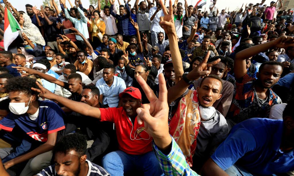 DEMONSTRANTENE: Tusenvis av demonstranter uttrykte misnøye i gatene før al-Bashir ble tvunget til å gå av. Foto: Reuters