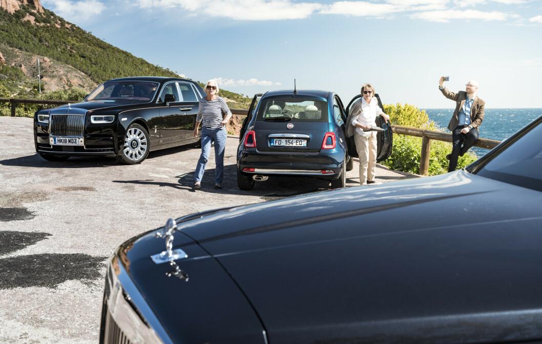 <strong>OPPMERKSOMHET:</strong> Det skaper litt interesse når tre Rolls-Roycebiler parkerer på det samme sted. Legg merke til baklyktene på Fiat 500. Ligner de på noe? Jamieson Pothecary