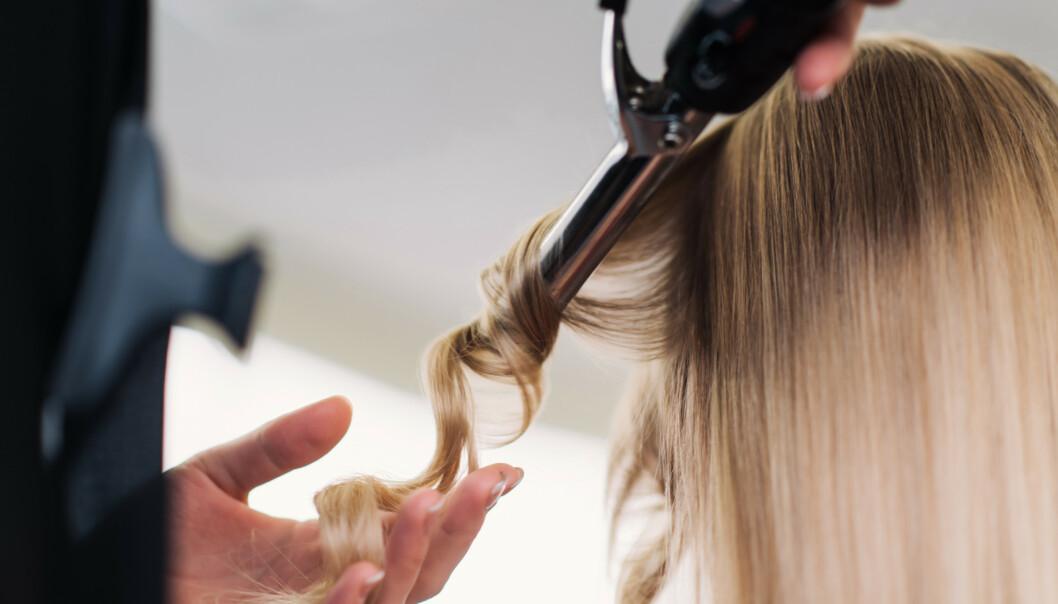 PREPP HÅRET: Det er viktig å preppe håret riktig får du setter i gang med krølltanga. FOTO: NTB Scanpix