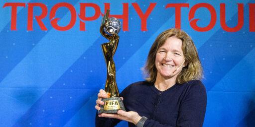 image: Her løfter Hege Riise VM-trofeet