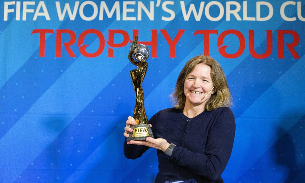 LEGENDE: Hege Riise, som har 188 landskamper for Norge, fikk løfte VM-trofeet på Ullevaal Stadion fredag. Det gjorde hun også da Norge, for første og foreløpig eneste gang, vant VM i 1995. Foto: Gorm Kallestad / NTB Scanpix
