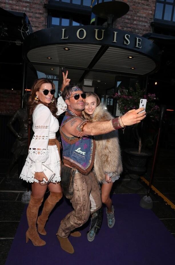 COACHELLA-FEST: Charlotte Spetalen og dattera tar selfie med Jan Thomas. Foto: Andreas Fadum