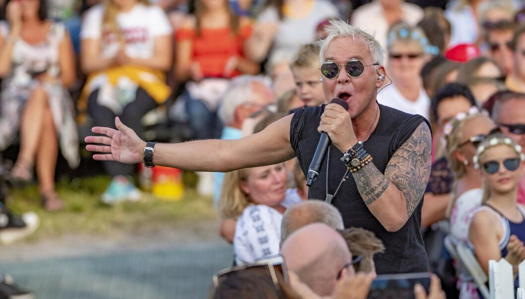 <strong>KOMIKER OG ARTIST:</strong> Kristian Valen var gjesteprogramleder under «Allsang på Grensen» på TV 2 i 2018. Foto: NTB Scanpix