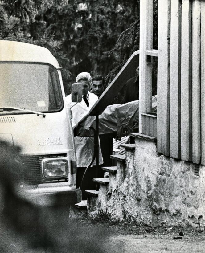 BÅRET UT: Anni Nielsen Iranzo ble drept i sitt hjem i Dagaliveien 25 i Oslo, der hun bodde sammen med sin ektemann, den spanske dipomaten Enrique Iranzo og deres datter Maria. Her blir liket fraktet ut av huset. Foto: Odd H. Anthonsen / Dagbladet