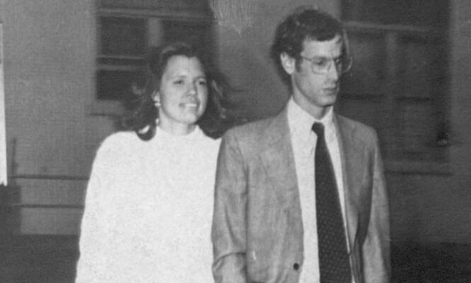 FASTHOLDT SIN USKYLD: Minna Thompson, som her er 25 år, avbildet sammen med sin advokat, Kemper Durand. Foto: AP / NTB Scanpix