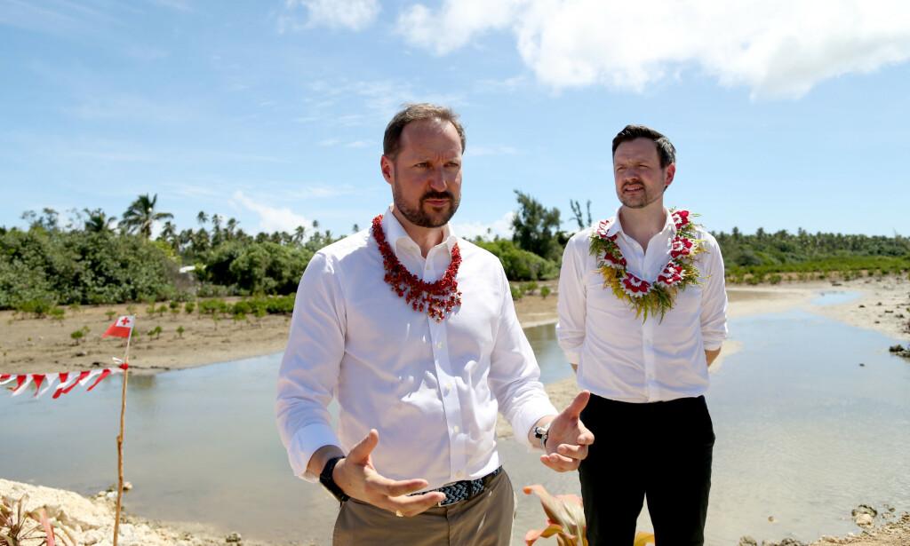 KLIMA-PRINS: Kronprins Haakon og utviklingsminister Dag-Inge Ulstein (KrF) i en landsby på Tonga som har blitt rammet av klimaendringene. I kampen for klimaet førte de til utslipp på 9 tonn klimagasser hver. Foto: Karen Setten / NTB scanpix